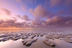 Een wolkenveld drijft over het wad bij Ternaard, Friesland. Wallpaper Backgrounds, Sailing, Van, Beach, Water, Outdoor, Magazine, Canvas, Products