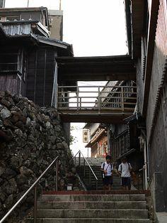伊勢市古市、伊勢神宮の内宮と外宮の中間に位置する麻吉旅館。江戸の吉原、京都の島原、大阪の新町、長崎の丸山と並ぶ五大遊郭の一つといわれ、 お伊勢さんへの「おかげ参り」の帰路、旅人の「精進落とし」で栄えた街であったそうです。 当時は千人もの遊女を抱える妓楼や、芸妓の置屋、お茶屋(料亭)が70軒も連なってたそうですが、現在はその華やかな面影もなく普通の住宅街になっています。 そんな中、ただ一軒だけ江戸時代そのままの状態で残っているのが、こちらの麻吉旅館。創業200年、現在は旅館として営業されてますが、江戸時代は多くの芸妓を抱えたお茶屋であったそうです。(説明文お借りしました)