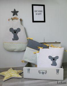 Tour de lit et gigoteuse jaune et gris. Motif couronne et Toka le Koala.  https://www.etsy.com/fr/listing/285766097/tour-de-lit-et-gigoteuse-0-6-mois-gris