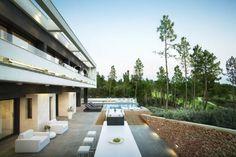 Magnífica casa de obra nueva con acabados de altísima calidad, cuenta con 400 m2 construidos sobre parcela de 2.332 m2 de terreno. Arquitecto Lagula. Está ubicada en el PGA Catalunya Resort, a tan solo 10 minutos de Girona y su rica oferta cultural, a escasa distancia en coche de la dinámica y cosmopólita Barcelona, y a una hora de los Pirineos y sus excelentes pistas de esquí. Llámenos (+34) 972 30 78 27 Ref. V0493CB | 400 m² aprox. | 4 hab. | 2.300.000€