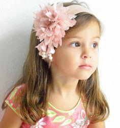 Faixa com flor de pontas feita com tricoline e renda e com aplicação de penduricalhos em formato de sinos.  Disponível em várias cores em elástico, faixa ou tiara. R$25,00