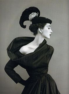 """Dovima in Balenciaga by Richard Avedon """"She was the last of the great elegant, aristocratic beauties… the most remarkable and unconventional beauty of her time."""" ~Richard Avedon after her death Richard Avedon, 70s Mode, Retro Mode, Elsa Schiaparelli, Moda Vintage, 1950s Style, Vestidos Vintage, Vintage Outfits, Vintage Dresses"""