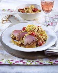 Das Rezept für Schweinefilet im Speck-Zucchini-Mantel zu cremigen Bandnudeln und weitere kostenlose Rezepte auf LECKER.de