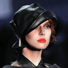 Chapeau Dior/Stephen Jones Isabella Blow, Stephen Jones, Wearing A Hat, Cool Hats, John Galliano, Headgear, Wholesale Fashion, Fabric Flowers, Timeless Fashion