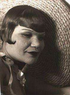 Woman with straw hat, 1930 - Florence Henri Harlem Renaissance, 1930s Fashion, Vintage Fashion, Florence Henri, New Objectivity, Cindy Sherman, Experimental Photography, Magic Realism, Paris Photos