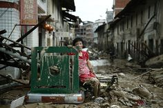 Una mujer descansa entre las ruinas de una calle en la ciudad china de Minqing, tras el paso del tifón Nepartak, el 10 de julio de 2016.