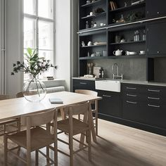 "96 Synes godt om, 1 kommentarer – Fredericia (@fredericiafurniture) på Instagram: ""Iconic chairs in the kitchen - J39 by Børge Mogensen, master of functionalism. Via…"""