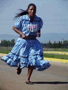 @iauraB Así vestida y a puro huarache, María Salomé mujer Tarahumara, corrió y ganó el 1er lugar en el medio maratón del oxxo 10 km, 2012. Una muestra total de que el vestido no hace al hombre, sino su voluntad, corazón y coraje. ¡Muchas felicidades María! tu ejemplo es una enseñanza para todos nosotros.