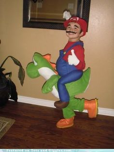 Funny pictures about Best Mario and Yoshi costume ever made. Oh, and cool pics about Best Mario and Yoshi costume ever made. Also, Best Mario and Yoshi costume ever made photos. Amazing Halloween Costumes, Halloween Costumes To Make, Cute Costumes, Halloween Kostüm, Baby Costumes, Halloween Outfits, Halloween Clothes, Costume Ideas