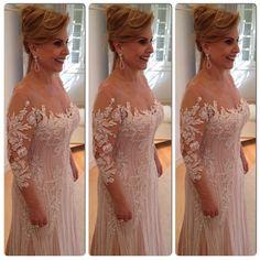 """Linda mãe de noiva com vestido Paulo Dolce."""