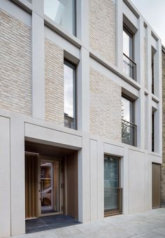 Architects completes contemporary apartment block in Chelsea conservation. -Haptic Architects completes contemporary apartment block in Chelsea conservation. Building Exterior, Building Facade, Facade Design, Exterior Design, Conservation Architecture, Architecture Résidentielle, Modern Residential Architecture, Concrete Facade, Contemporary Apartment