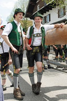 was Sie brauchen ist Leder - Men's traditional Leather Trousers★ Lederhosen - Leather Fashion, Leather Men, Mens Fashion, Jungs In Shorts, German Outfit, European Men, Costumes Around The World, Leather Shorts, Leather Trousers
