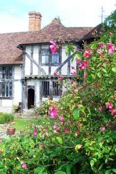 Beautiful Garden in England English Country Cottages, English Village, English Countryside, Beautiful Buildings, Beautiful Homes, Beautiful Places, Country Estate, England, My Dream Home