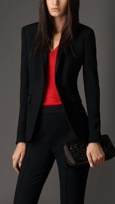 Burberry, style vestimentaire dram chic, tenue en noir et rouge, pochette noir scintillante