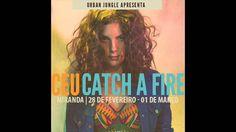 Céu interpretando Catch a Fire The Wailers e Bob Marley