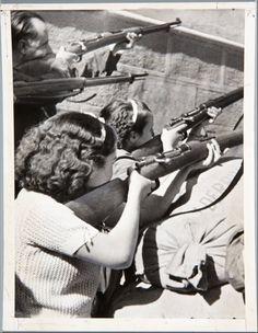 Women and guns, 1930s Spain