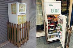 Geladeira solidária foi disposta na calçada de uma rua para ser abastecida com alimentos não utilizados por restaurantes e mercados.