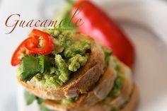 Awokado z czosnkiem i chilli, salsa meksykańska do naczos, awokado pasta i tortille kukurydziane. Smaczna przekąska z awkado. Salsa z awokad...