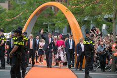 Koning Willem-Alexander en Koningin Maxima brengen een bezoek aan Dronten. Hier lopen ze op het Meerpaalplein.