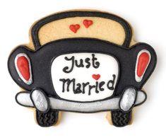 Cute wedding favor cookies just married car Car Cookies, Fancy Cookies, Royal Icing Cookies, Cupcake Cookies, Cookies Et Biscuits, Wedding Shower Cookies, Cookie Wedding Favors, Cookie Favors, Anniversary Cookies