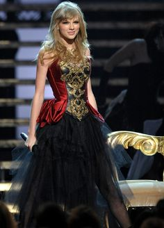 Taylor Swift performing I Knew You Were Trouble at the 2012 AMAs.