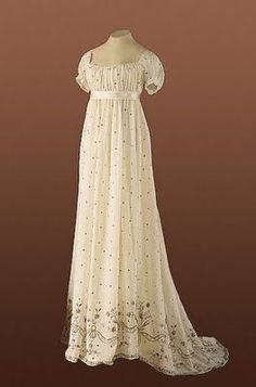 Cream-colored ball gown c. 1800. This beautiful chemise cotton batiste is decorated at the hem with an elaborate embroidery of metal thread.