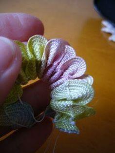Gente, essa flor é facílima de se fazer e fica um luxo! Minhas alunas amam quando aprendem a fazer essa florzinha e o resultado...
