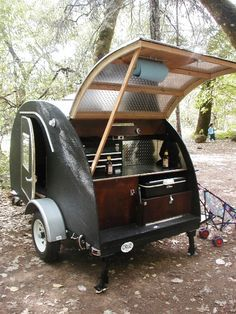 If you love compact travelling, a teardrop trailer camper is the one for you. With these free teardrop trailer camper plans, you can build an exciting one on the budget! Teardrop Trailer Plans, Teardrop Camper Trailer, Tiny Camper, Camper Caravan, Cool Campers, Rv Campers, Small Campers, Kombi Trailer, Camper Trailers