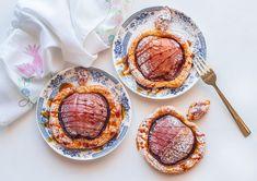 מאפה תפוחים טבעוני בצורת תפוח זהוב ופריך מבצק עלים מוכן - הכי פשוט וזריז הכנה, הכי יפה, סימבולי ומיוחד לשולחן החג, וגם הכי טעים שיש Vegan Rosh Hashana, Easy Crafts For Kids, Snacks, Desserts, Holidays, Tailgate Desserts, Appetizers, Deserts, Holidays Events