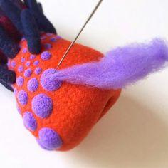 Afbeeldingsresultaat voor Amazing Felt Creations by Atsuko Sasaki Needle Felted Cat, Felt Purse, Wool Art, Felted Slippers, Felt Cat, Felting Tutorials, Nuno Felting, Felt Toys, Felt Animals