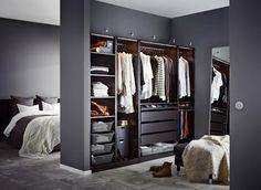 """Alles einmal andersherum: Dreht man den Kleiderschrank im Schlafzimmer einmal um 180 Grad und verzichtet auf Schranktüren, so ergibt es - mit oder ohne zusätzliche Wand wie hier abgebildet - eine begehbare Schranknische. Funktioniert mit jedem Kleiderschrank, dieser kommt aus Ikeas """"Pax""""-Serie."""