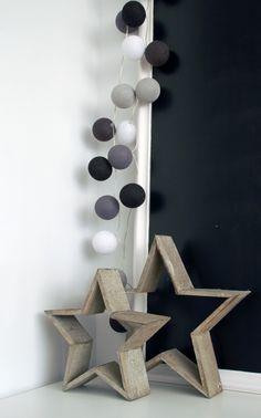 Houten sterren en slinger met katoenen licht bollen.