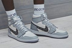 A match made in sneaker lovers' heaven, DIOR and Jordan Brand have teamed together give us their collaborative Air Jordan 1 High OG Sneaker. Moda Sneakers, Dior Sneakers, Sneakers Fashion Outfits, Sneakers Mode, Vans Sneakers, High Top Sneakers, Fashion Shoes, Kicks Shoes, Paris Fashion