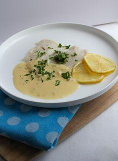 Een heerlijk recept: gepocheerde schol met een witte wijn & hollandaise saus. Deze saus valt in de categorie 'zo lekker ik lik mijn bord schoon'. Recept: www.vertruffelijk.nl