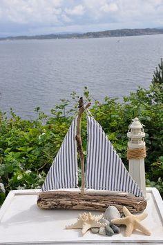 driftwood boat with striped sails ~ Cape Partner Konzeption – - Knutselen ideeën Seaside Decor, Beach House Decor, Coastal Decor, Driftwood Projects, Driftwood Art, Coastal Style, Coastal Living, Beach Crafts, Diy And Crafts