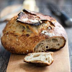 Bardzo smaczny chlebek na samym zakwasie. Cierpliwość zostaje wynagrodzona mięsistym środkiem z ogromnymi dziurami i pyszną chrupiącą skórką. Składniki Zakwas 4 łyżki mąki żytniej (typ 700) 5 łyżek wody Zaczyn zakwas żytni 5 łyżek mąki pszennej 100 ml wody Ciasto 350 g mąki pszennej 150 g mąki żytniej 250 ml wody 1,5 łyżeczki soli Wykonanie Przygotowanie chleba rozpoczynamy od nastawienia zakwasu. Mąkę z wodą mieszamy w szklanym naczyniu, przykrywamy ściereczką i odstawiamy w miejs... Bread Bun, Pan Bread, Kitchenaid, Ciabatta Bread Recipe, Baguette, My Favorite Food, Favorite Recipes, Bread Shop, Savory Scones