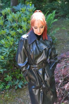 Beautiful SBR on a beautiful lady. The perfect combination Red Raincoat, Plastic Raincoat, Long Leather Coat, Leather Trench Coat, Black Mac, Rubber Raincoats, Rain Gear, Weather Wear, Latex Fashion