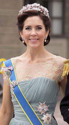 En el año 2010, el Príncipe Federico y la Princesa Mary reforman la tiara, dejandola un poco más corta y más redondeada al eliminarle algunas de las hojas superiores y laterales, que serviran como broches para el pelo. Mary de Dinamarca en la boda de la Princesa Victoria de Suecia.
