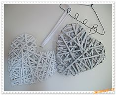 - i pro rulickove analfabety <br>Potrebujete :<br>- pevnejsi drat cca 2mm siroky, delka dle chtene v... Recycle Newspaper, Paper Art, Paper Crafts, Recycled Magazines, Paper Weaving, Heart Crafts, Wire Art, Basket Weaving, Woven Baskets