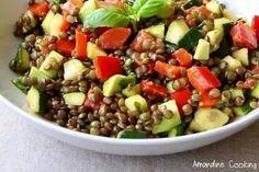 Salade lentilles vertes, courgette, poivron rouge, tomate, avocat et citron