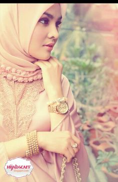 This picture looks so soft and sweet. Love her hijab & accesoires ♡