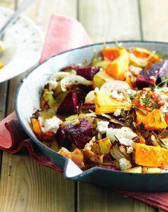 Bereiden: Schil de pompoen, verwijder de zaden en snijd in grote stukken. Schil de knolselder en rode biet en snijd in kleinere stukken. Was de aardappelen en snijd in even grote stukken als de rode biet. Snijd de ui in schijfjes. Meng alle groenten in een ovenschaal. Kruid met versgemalen peper en zout. Meng er de gekneusde look, verse kruiden en spekreepjes onder. Overgiet met olijfolie. Zet in het midden van de voorverwarmde oven van 200°C.