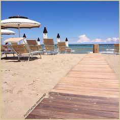 Cullati dal vento pomeridiano... La #PicOfTheDay di #TurismoER oggi riposa all'ombra di un tranquillo ombrellone, sulla #spiaggia di #LidoAdriano  Complimenti e grazie a @sereaugy