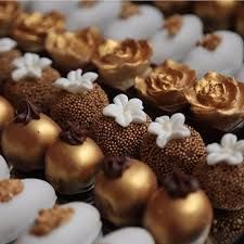 Who said dessert can't be a work of art? Beautiful gold sweets via ! Artisan Chocolate, Chocolate Shop, Chocolate Lovers, Chocolate Fondant, Chocolate Truffles, Chocolate Dipped, Small Desserts, Mini Desserts, Plated Desserts