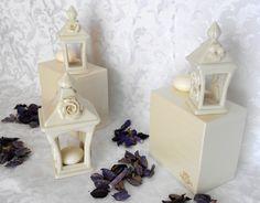 Particolari Lanterne casette portacandela in ceramica di Capodimonte bianca lucida. Articolo adatto come Bomboniera. Misure:5x5x12 cm Misure:6x6x18 cm