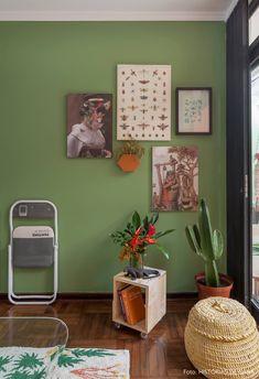64c52c3abf9 Sala de estar com parede verde tem combinação de quadros
