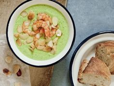Probieren Sie die leckere Brokkolisuppe mit Garnelen und Mandeln von EAT SMARTER!