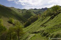 https://flic.kr/p/CVpsCZ | PISUEÑA, Cantabria | Una de las zonas más influenciadas por los pasiegos. Un paisaje verde y redondeado cuya vida comienza en los Picones de Sopeña; unos riscos que desgarran las nubes para que descarguen su lluvia.