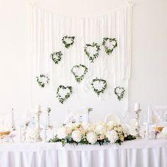 Svadobná výzdoba v Kúpeľoch Nimnica.  Dekorovali sme svadbu pre Zuzku a Ondreja. Okrem stolov sme ozdobili aj stenu s bielymi stuhami a eukalyptovými srdiečkami servítky stoličky. Mladí manželia si želali všetko dekorovať do jemnej ružovej a pudrovej marhuľovej. Na výzdobu sme použili čisto biele hortenzie Shneball ruže miniruže Bombastic astilbe a trošku pivoniek. #kvetysilvia #kvetinarstvo #kvety #svadba #love #instagood #cute #follow #photooftheday #beautiful #tagsforlikes…