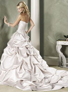 this is a gorgeous wedding dress!
